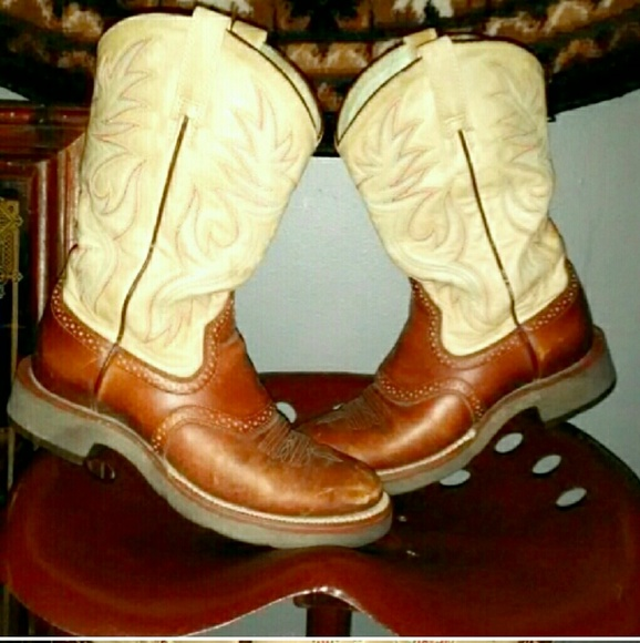 38cecbad886 Ariat Shoes - ARIAT Size 8 Womens Cowboy Boots Round Toe